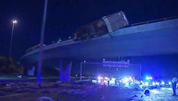 Nach einem Unfall fallen in Australien Schafe auf die Autobahn