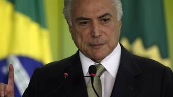 Brasiliens Staatschef Michel Temer hat seine Meinung geändert. Nach einer Absage will er nun Ende Woche doch am G20-Gipfel in Deutschland teilnehmen. Zu Hause droht ihm ein Prozess wegen des Vorwurfs der Annahme von Schmiergeldern.