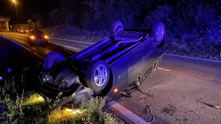 Der Unfallverursacher und seine zwei Mitfahrer wurden leicht verletzt.