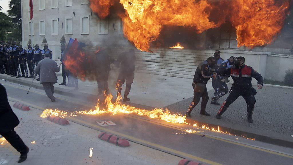 Demonstranten warfen Brandsätze bei den Protesten in der albanischen Hauptstadt Tirana.