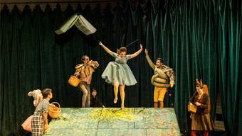 Auf der kleinen Bühne des Theaters Basel helfen die Waldtiere der Grille bei der Genesung.