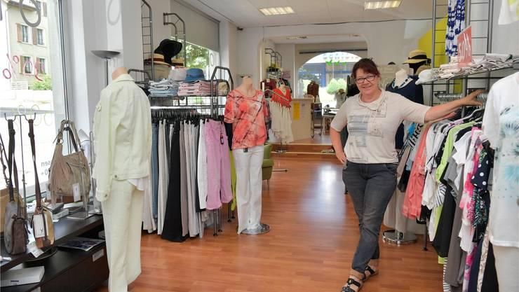 Carmen Leimer, die Inhaberin der Boutique Olivia, in ihrem Geschäft an der Marktstrasse.