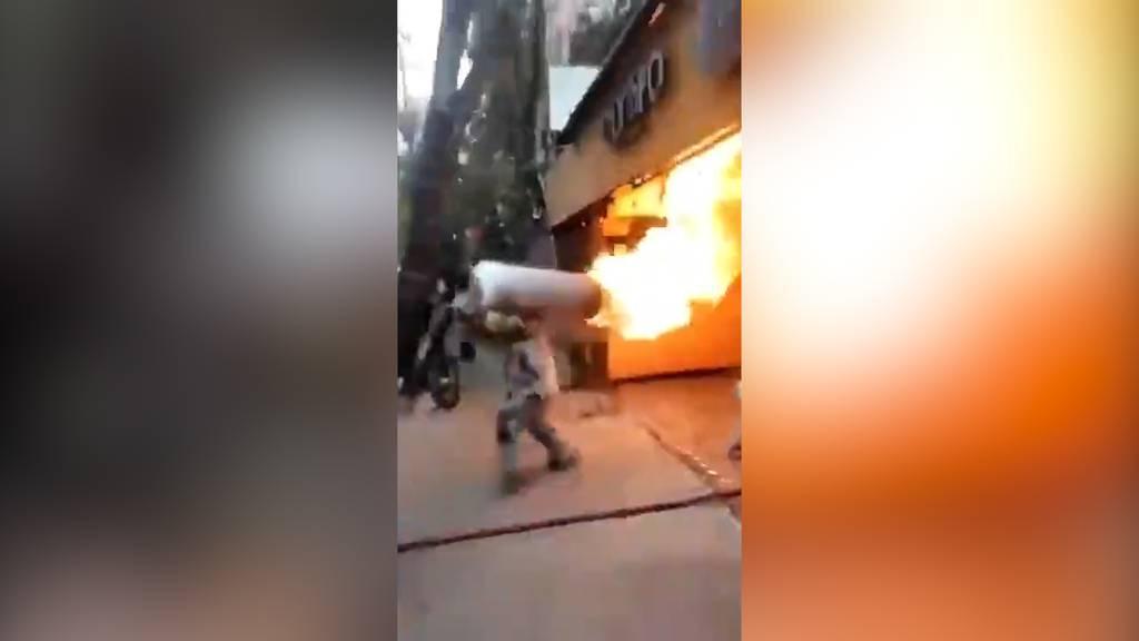 Brennende Gasflasche ins Freie getragen: Internet feiert Feuerwehrmann für Heldentat