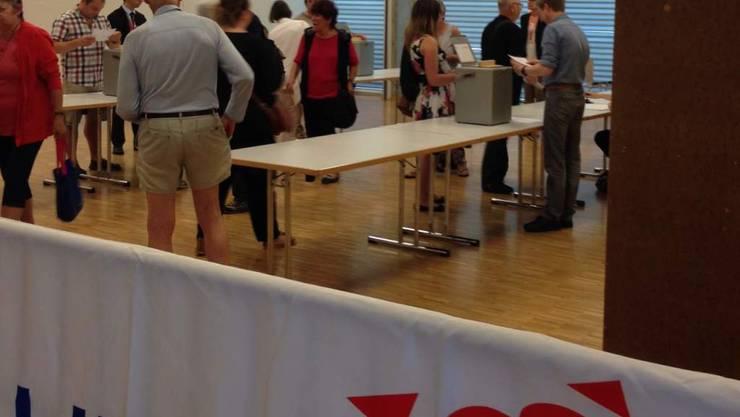 In Moutier haben am frühen Freitagabend die ersten Stimmberechtigten ihre Stimme abgegeben.