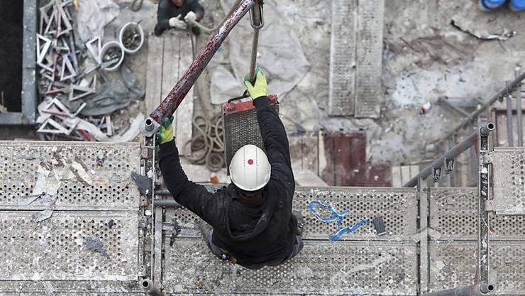 Die Gerüstbauarbeiter in der Schweiz erhalten mehr Lohn. (Themenbild)