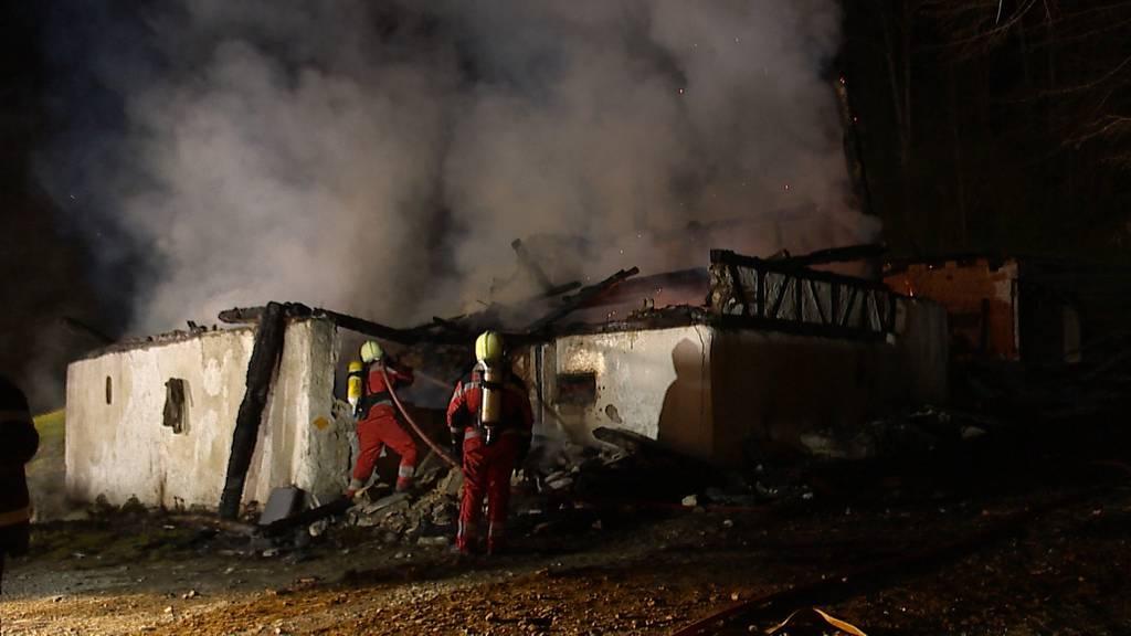 Sihlbrugg Station (ZH): Bauernhaus brennt bis auf die Grundmauern nieder