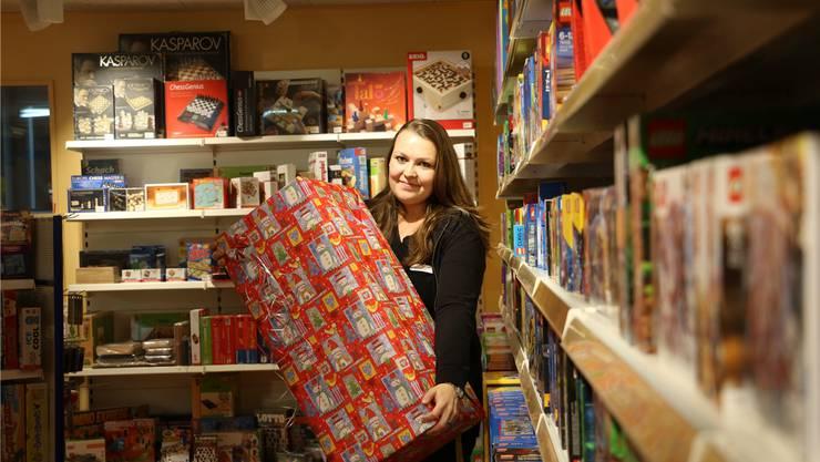 Am 23.Dezember wird Verkäuferin Angela Barrer einige Geschenke im Spielwarengeschäft Amsler in Eiken einpacken.