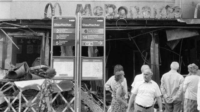 Unruhige Zeiten: Im Sommer 1982 wird am Zürcher Stauffacher eine McDonalds-Filiale zerstört.  Foto: Keystone