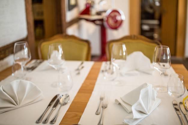 Das Wirtshaus Zur Heimat in Ehrendingen ist als einziges Aargauer Restaurant neu im Gault Millau Führer 2018 geführt. Küchenchef Tim Munz hat im Restaurantführer 13 von 19 möglichen Punkten erhalten. Er und seine Partnerin Melina Rychener haben das Wirtshaus erst vor 1,5 Jahren übernommen.