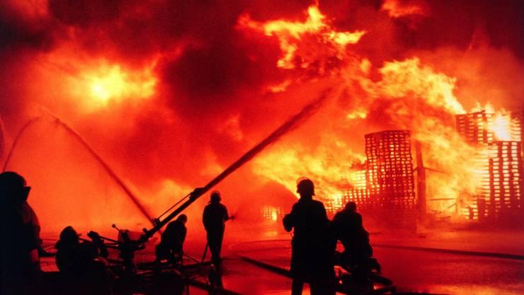 Grosseinsatz der Feuerwehr beim Chemiegrossbrand der Sandoz in der Schweizerhalle in Basel, Schweiz, aufgenommen in der Nacht auf den 1. November 1986.