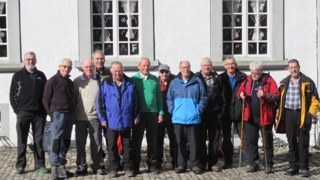 Die Wandergruppe auf dem Klosterareal von St. Urban.