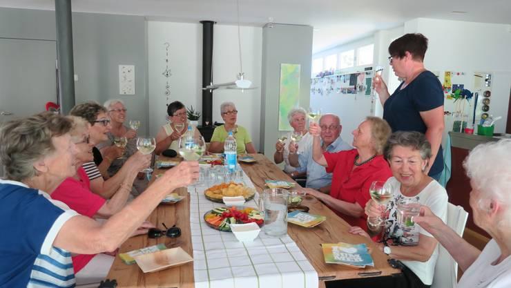 Sommertreff des Frauenvereins Dietikon in der Wohnung von Esther Schasse. Ein Prosit