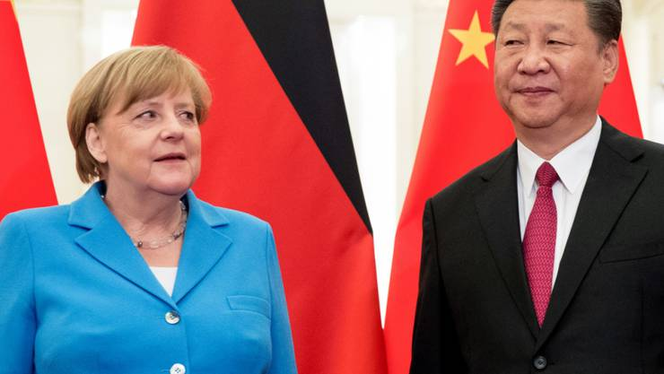 ARCHIV - Bundeskanzlerin Angela Merkel (CDU) wird vom chinesischen Präsidenten Xi Jinping begrüßt. Foto: Michael Kappeler/dpa
