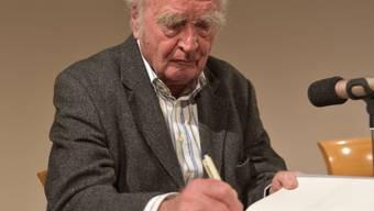 """Martin Walser signiert nach einer Lesung im Stuttgarter Literaturhaus Bücher. Der 91-jährige Schriftsteller hatte sein Buch """"Spätdienst"""" vorgestellt."""