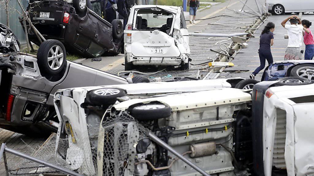 Überschlagene Fahrzeuge in Osaka: Der Taifun «Jebi» hinterlässt in Japan grosse Verwüstung.
