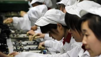 Blick in die Werkstätte des Apple- und Samsung-Zulieferers Foxconn, wo immer wieder über skandalöse Arbeitsbedingungen berichtet wird. (Archivbild)