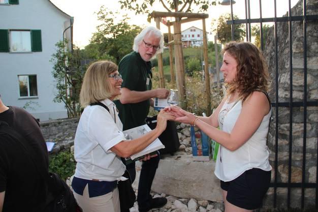 v.l. Silvia Hochstrasser und Peter Siegenthaler verteilen als erstes Gläser an die Gäste