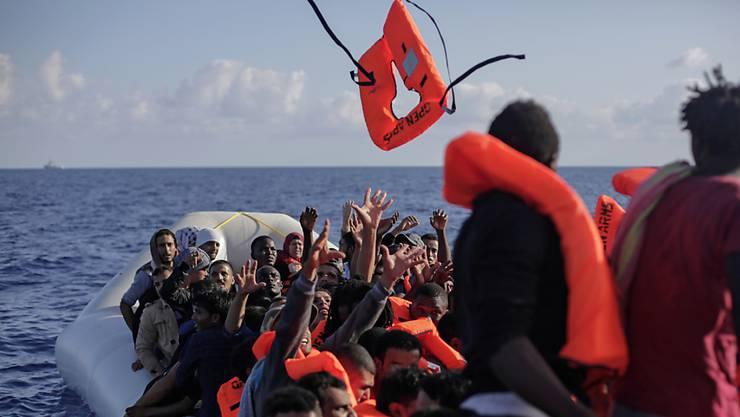 Immer wieder geraten Flüchtlinge auf dem Mittelmeer in Seenot. (Symbolbild)