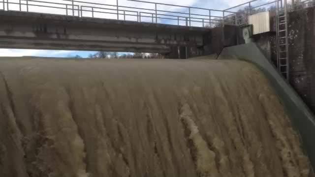 Wasser fällt beim Wasserkraftwerk in Flumenthal über das Stauwehr.