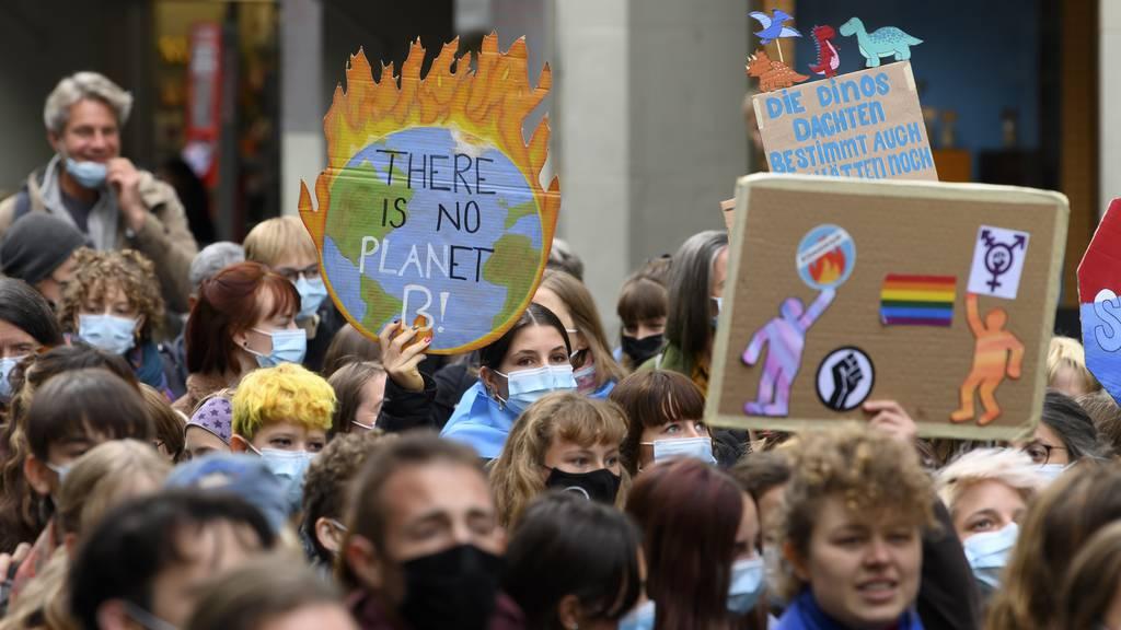 Tausende gehen fürs Klima auf die Strasse