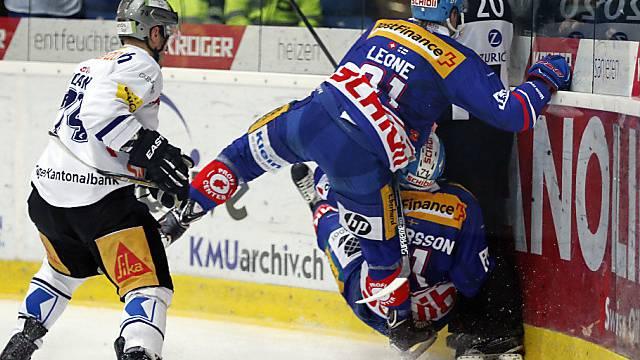 """Klotens Leone und Andeersson """"attackieren"""" Schiedsrichter Wiegand."""