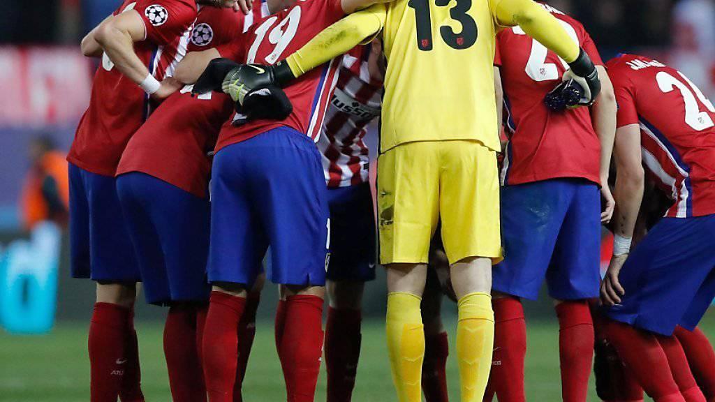 Die Spieleer von Atletico Madrid beschwören sich vor dem Penaltyschiessen.