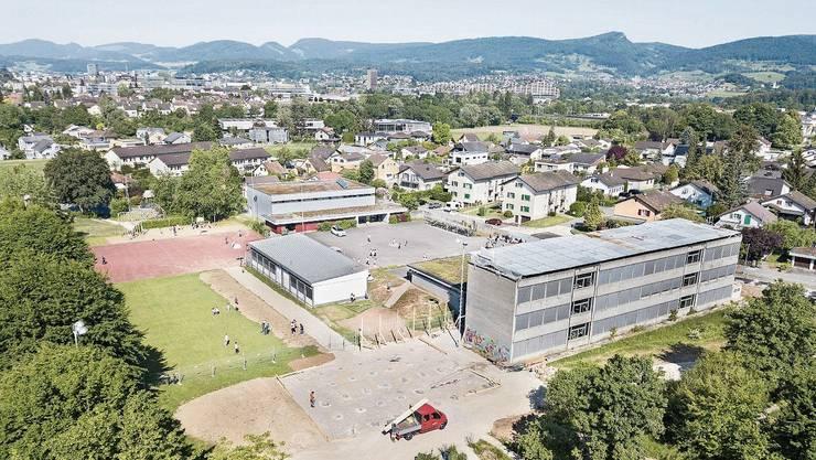 Das alte Schulhaus (rechts im Bild) wird ersetzt. Die Vorbereitungen haben begonnen.