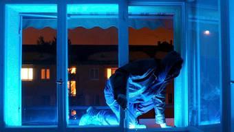 Die drei Männer sollen in der Nacht auf den 20. Dezember 2014 in Münchenstein in ein Einfamilienhaus eingedrungen sein, wo sie den Rentner im Schlaf überraschten. (Symbolbild)