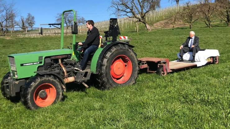 Christoph Blocher lässt sich die letzten Meter zur SVP-Veranstaltung mit dem Traktor chauffieren.