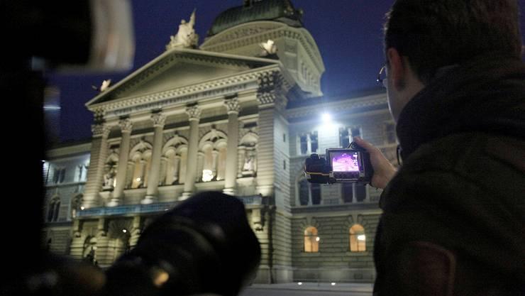Harald Siegrist demonstriert am Bundeshaus eine Wärmebild-Messung. sat