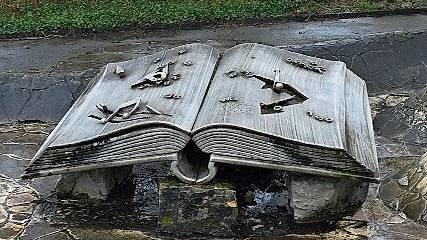Die Skulptur «Buch der Weisheit» steht beim Schulhaus III.