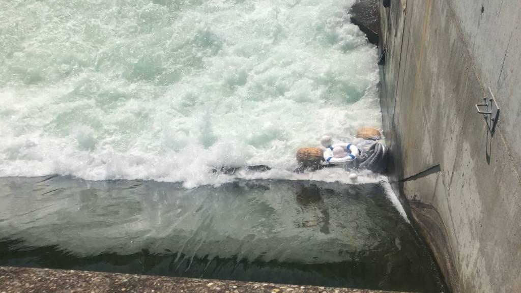 Grosseinsatz in Zürich wegen Gummibot in Höngger Wehr