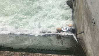 Gummiboot wird Höngger Wehr hinuntergespült - Grosseinsatz in Zürich