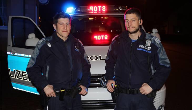 Die Polizisten Rafael Müller (l.) und Dewis Fuss sind mit dem «T5-Bus» auf nächtlicher Streife unterwegs und sorgen für Recht und Ordnung.