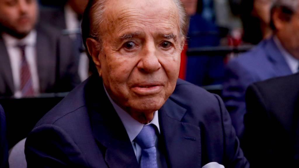 ARCHIV - Carlos Menem, ehemaliger Präsident von Argentinien, sitzt in einem Gerichtsgebäude. Foto: Natacha Pisarenko/AP/dpa/Archivbild