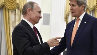 US-Aussenminister John Kerry (rechts) traf bei seinem Besuch in Moskau auch den russischen Präsidenten Wladimir Putin (links).