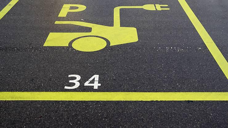 """Ein Parkplatz bei einer Ladestation für ein Elektroauto. Das Parlament will solche """"grünen Zonen"""" fördern. (Themenbild)"""