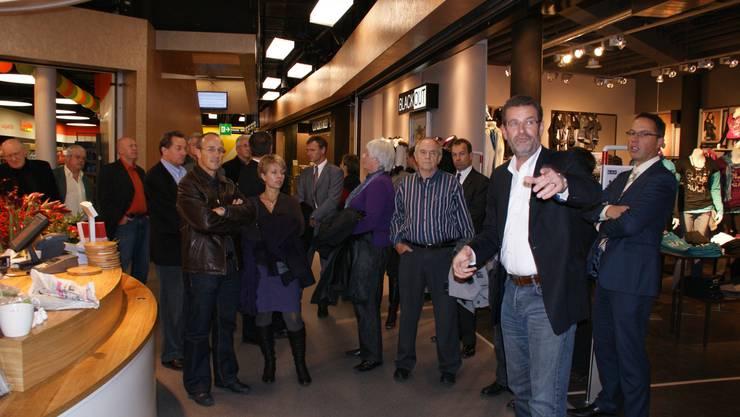 Bei der Führung noch getrennt: Joel Malgo informiert die Ämtler. (Bild Thomas Stöckli)