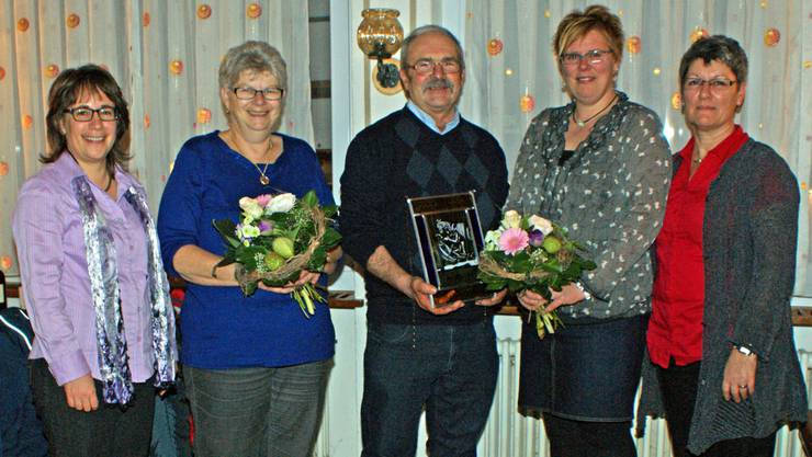 Bettina Bruder (neue Präsidentin), Lisa und Hansruedi Siegrist (neue Ehrenmitglieder), Monika Singer (zurückgetretene Materialverwalterin), Maja Sandmeier (Leiterin)