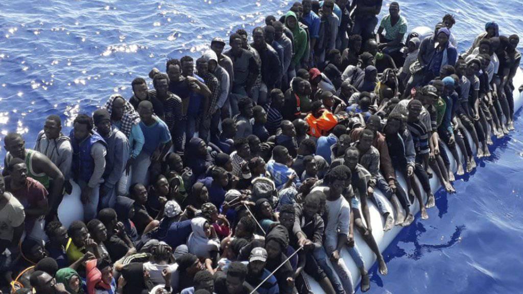 Sichere Fluchtwege statt lebensbedrohliche Überfahrten in komplett überfüllten Booten: Unter diesem Motto steht der Nationale Flüchtlingstag in der Schweiz. (Archivbild)