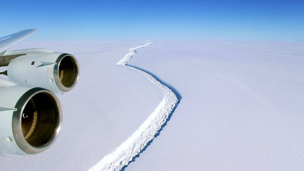 Der Spalt, der den entstehenden Eisberg vom Larsen-C-Schelfeis trennt. (Archiv)