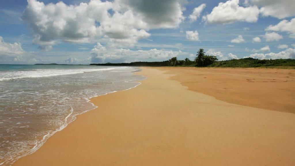 """Der Vergleich """"wie Sand am Meer"""" könnte bald hinken: Internationale Sand-Mafias tragen Strände ab, um den kostbaren Stoff an die Betonindustrie zu verkaufen. Um dem entgegenzuwirken tüfteln Start-Ups an Methoden, um den für Beton untauglichen Wüstensand in Baustoff zu verwandeln. (Symbolbild)"""
