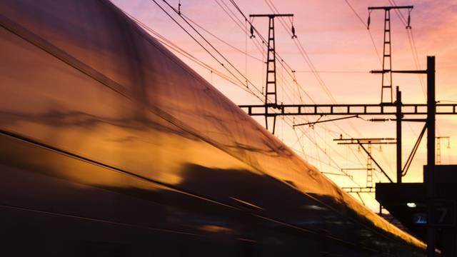 Ein Mann kletterte auf einen Bahnwagen und geriet in Kontakt mit der Stromleitung
