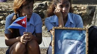 Junge Kubanerinnen unweit des Friedhofs Ifigenia in Santiago de Cuba während der Trauerfeierlichkeiten für Fidel Castro.