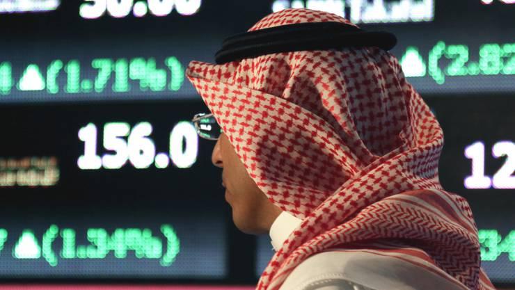 Ein Saudi-Araber vor einer Anzeigetafel der Börse in Riad (Archiv)