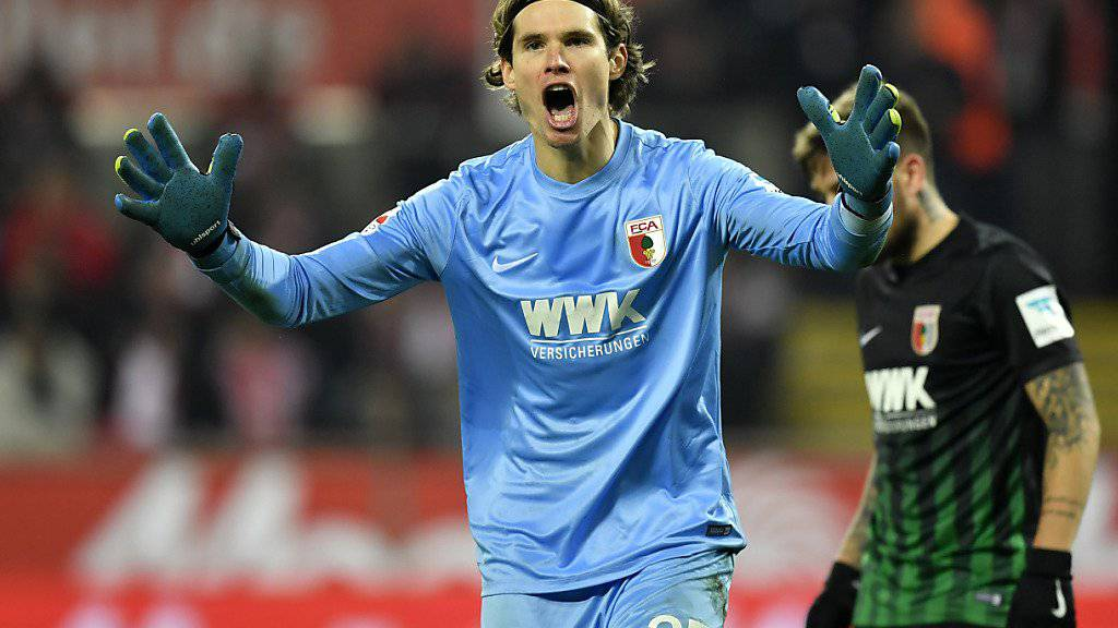 Augsburgs Schweizer Keeper Marwin Hitz wurde am Montag 30 Jahre alt