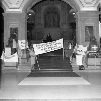 Vor der Debatte im Nationalrat über die Unterzeichnung der europäischen Menschenrechts-Konvention demonstrieren im Juni 1969 Frauenrechtlerinnen in der Eingangshalle des Bundeshauses