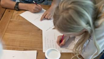 Schüler lernen in der Schule auch Sozialkompetenz (Symbolbild)