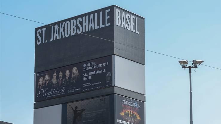Ihn ziert der Name der Halle, deren Umbau er noch im Weg steht. Der Turm vor der St.Jakobshalle mit dem Kiosk.