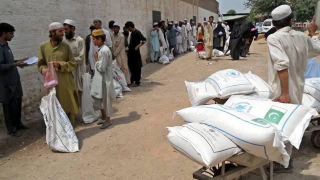 Menschen fliehen vor den befürchteten Kämpfen in Nord-Waziristan